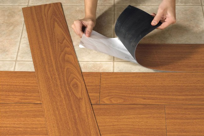 Главным условием получения качественного напольного покрытия является приклеивание элементов максимально ровно