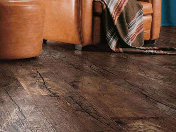 Для кантри хорошо использовать ламинат, имитирующий вишню, тик, дуб или какой-либо экзотический вариант древесины