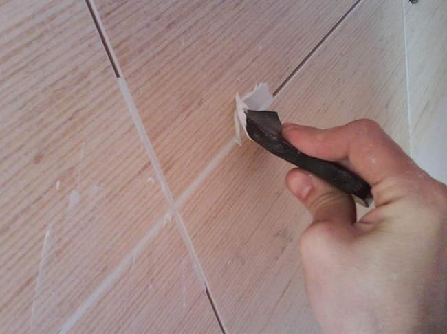 Когда кафельная плитка уложена, а клеящая смесь полностью схватилась, нужно еще раз обработать все швы грунтовкой