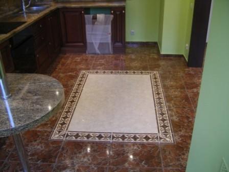 Благодаря некоторым дизайнерским приемам, правильно подобранная и грамотно уложенная плитка на кухонном полу может выгодно подчеркнуть немногочисленные достоинства помещения