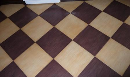 Диагональная укладка. Сложность данного способа в том, что возникает необходимость правильной резки большого количества плиток по диагонали