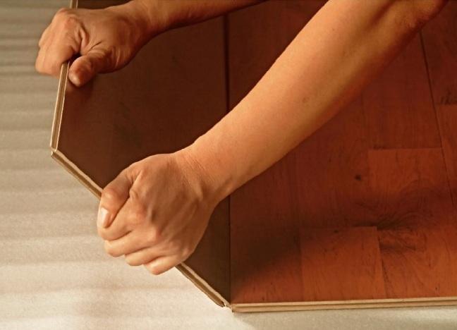 Перед тем как класть ламинат, поверхность пола должна быть покрыта подложкой