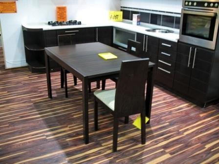 Пол в кухне, как и в любом другом помещении, не должен быть слишком броским, исключение составляют лишь ситуации, когда покрытие имеет особый дизайн и является главным акцентом