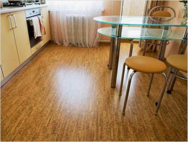Уход за пробковым полом в кухне сводится к простой влажной уборке, т. к. покрытие обладает антистатическими свойствами, не притягивает пыль и не впитывает жидкость