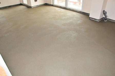 Длительное высыхание стяжки – залог качественного твердого покрытия, которое не растрескается под нагрузкой