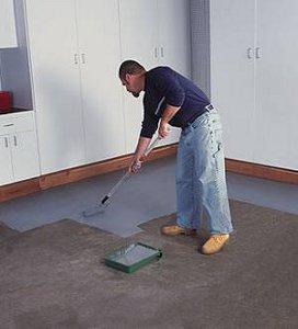 В процессе работ краску необходимо постоянно перемешивать, иначе на полу могут появиться разводы
