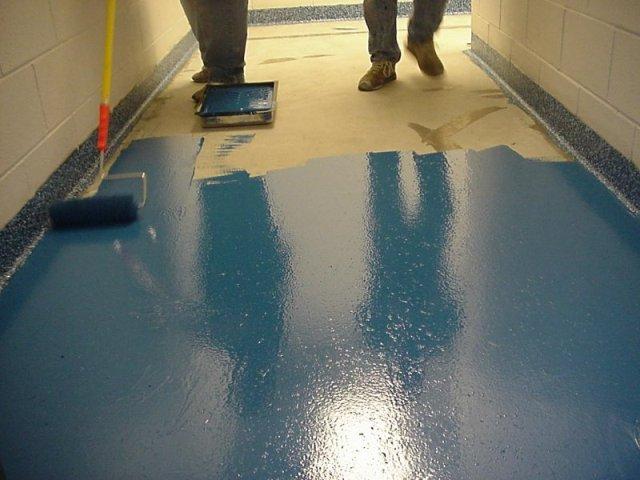 В данном случае стоит выбрать специальные эмали или грунтовочные смеси. Если есть желание придать бетону яркий цвет, можно использовать тонирующие пропитки