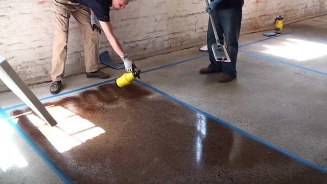 Применение специальных средств позволяет сделать бетон не только красивым, но и противоскользящим, и устойчивым к действию различных химических веществ