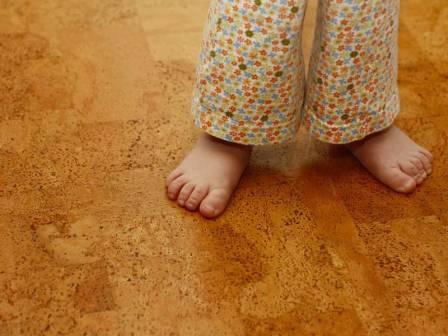 Натуральный пробковый пол  - покрытие достаточно дорогое, но очень теплое и  приятное для ног