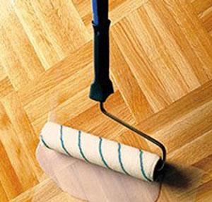 Обработка деревянного пола лаком – дело не из легких