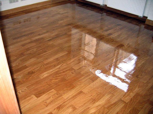 Лаковое покрытие значительно улучшает качественные, эксплуатационные и эстетические качества деревянной поверхности