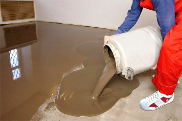 Для выравнивания основания может быть использована как цементно-песчаная стяжка, так и самовыравнивающаяся смесь