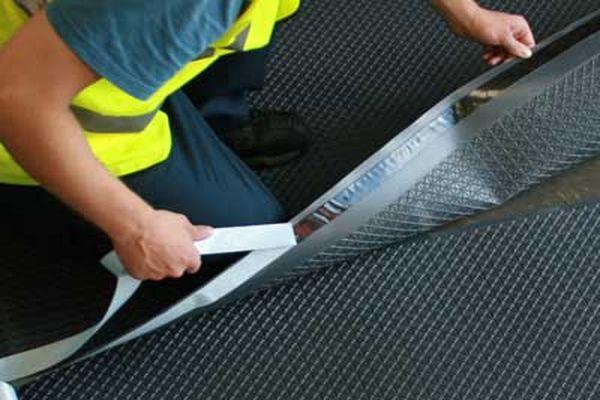 Рулонная гидроизоляция в виде полимерных, битумно-рулонных и битумно-полимерных материалов должна наклеивается на подготовленное основание с нахлестом десять сантиметров