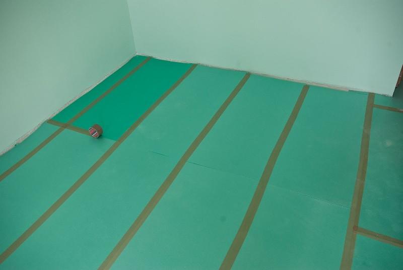 Все места стыковки необходимо проклеивать широким скотчем, что позволяет выполнить герметизацию и зафиксировать материал