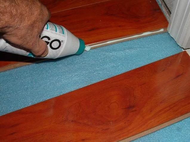 После укладки пяти рядов следует в течение трех часов просушить покрытие, а затем продолжить работы по наклеиванию следующих рядов