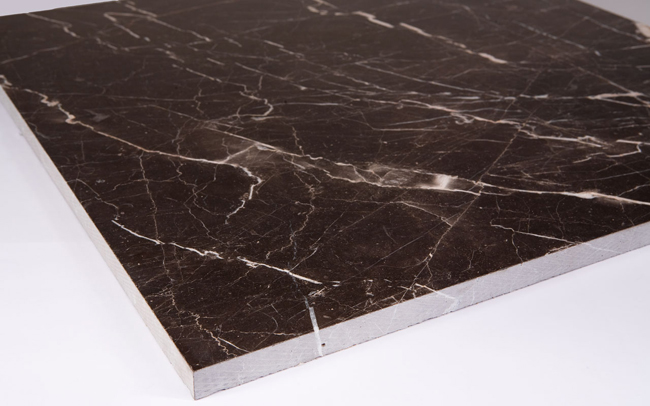 Мраморная плитка, являясь одним из наиболее эффектных и престижных материалов, создает неповторимые орнаменты на полу благодаря узорам, нанесенным на нее самой природой