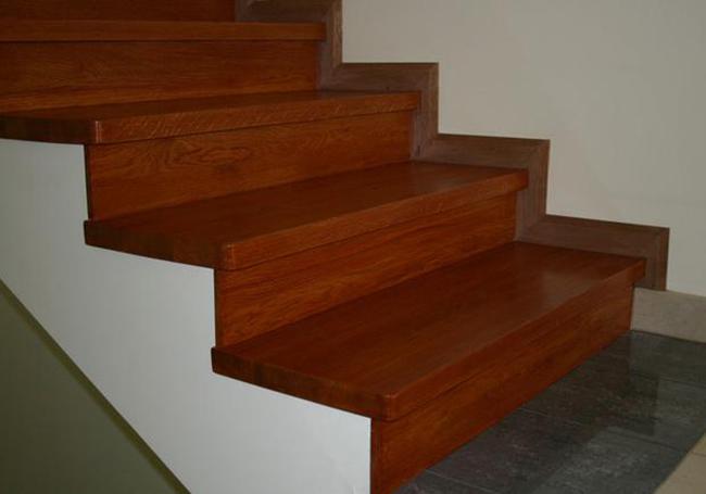 Отделка лестниц осуществляется практически любыми материалами, используемыми для напольного покрытия