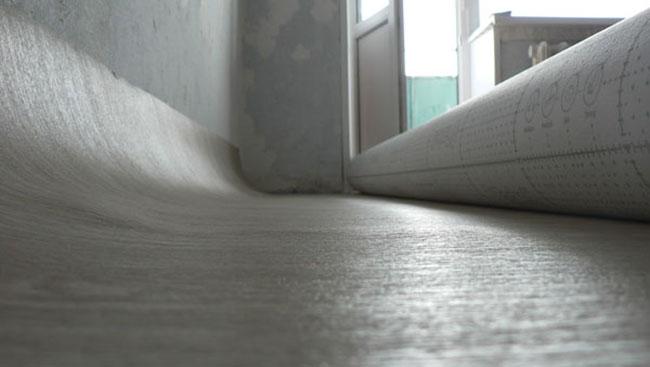 В комнатах площадью более двадцати квадратных метров линолеум очень редко стелют на клей