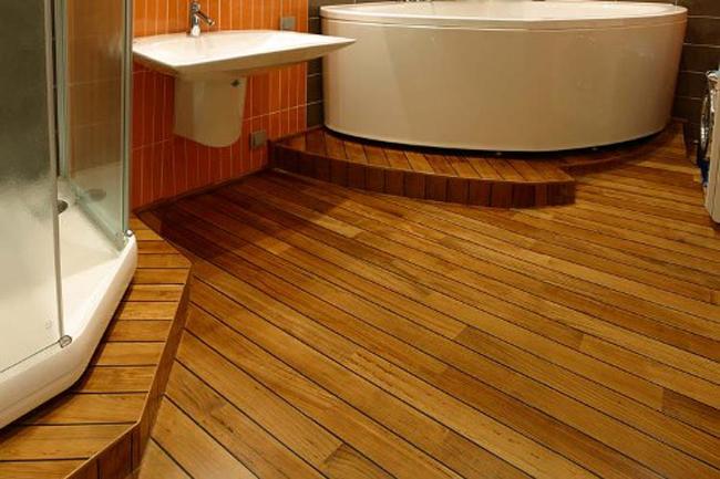 В качестве деревянного напольного покрытия в ванной могут служить половые доски из тикового дерева