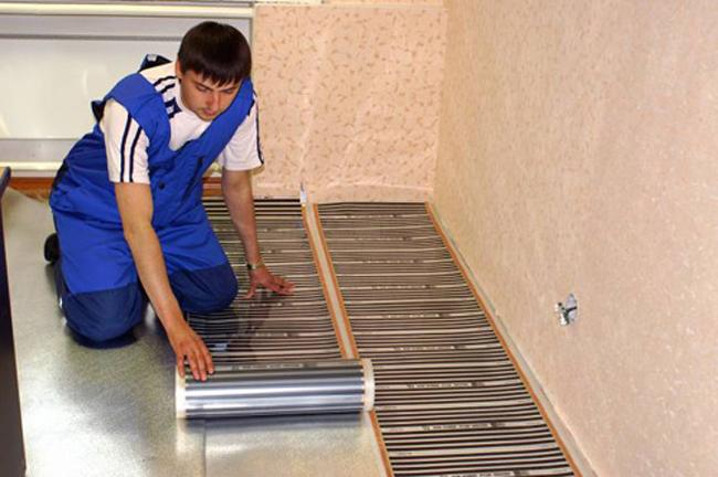 При выполнении работ своими руками нужно помнить об обязательной укладке теплоотражающего экрана, направляющего тепловое излучение в помещение