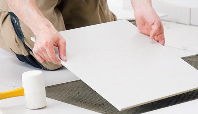 Укладывается напольная мраморная плитка лишь на ровную гладкую поверхность чернового пола