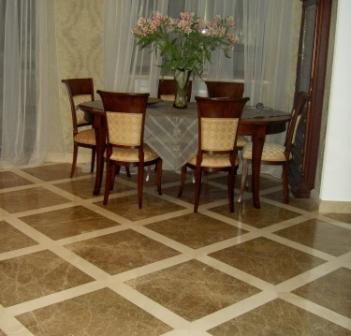 Пол из мраморной плитки сделает элегантным любое помещение, сохраняя долгое время свою первозданную красоту и качество