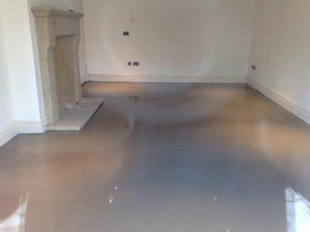 Цементно-песчаную или классическую бетонную стяжки выравнивают обычно дополнительной смесью