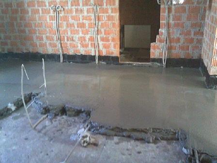 Высокой толщины цементного слоя (не менее семи сантиметров) требуют кухня и гостиная, прихожая и коридор