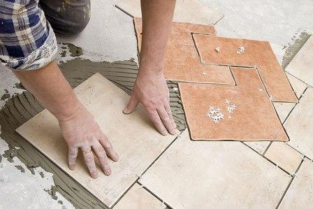 Керамическую плитку лучше монтировать на стяжку уже спустя десять дней после ее заливки