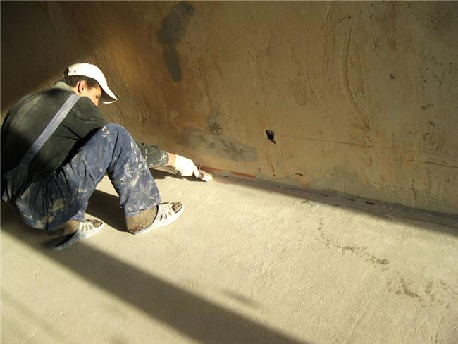 Перед тем как использовать состав, следует избавиться от старого покрытия и оценить основание
