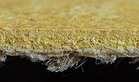 На джутовое полотно наносится смесь древесной муки, коры, мела и быстросохнущего льняного масла