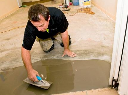 Подготовка чернового пола заключается в ремонте повреждений, выравнивании и чистке поверхности