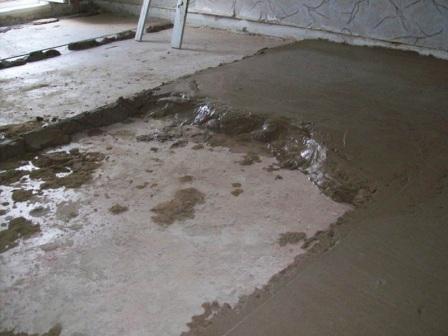 Смешивать цемент с песком нужно в определенной пропорции – один к трем