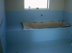 Гидроизоляция пола в ванной комнате выполняется по-разному в зависимости от конструкции