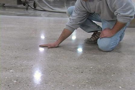 Специальная пропитка глубоко проникает в основание стяжки и упрочняет бетон