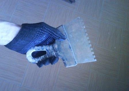 Наносить клей можно кистью, шпателем или, при неровном основании, зубчатым шпателем с минимальной гребёнкой