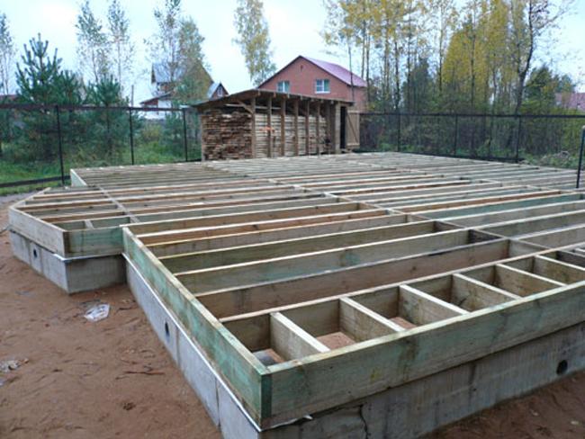 В деревянных домах цокольное перекрытие, как правило, устраивают по деревянным балкам