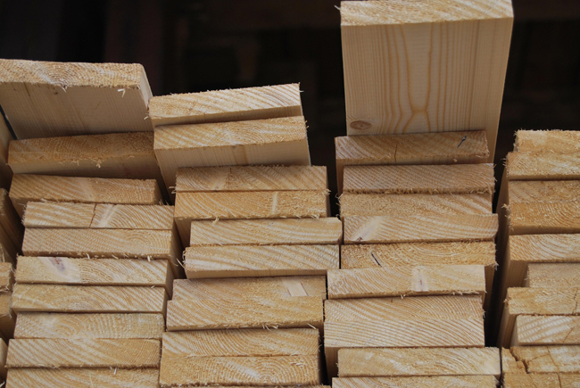 Пол в бане рекомендуется настилать из досок хвойных северных пород деревьев (лиственница, кедр или сосна)