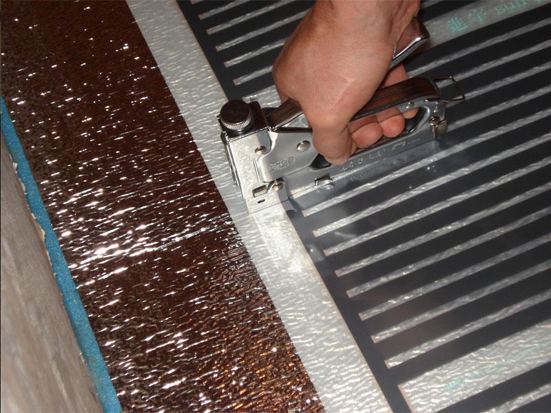 Нагревательные элементы монтируются поверх отражающего слоя