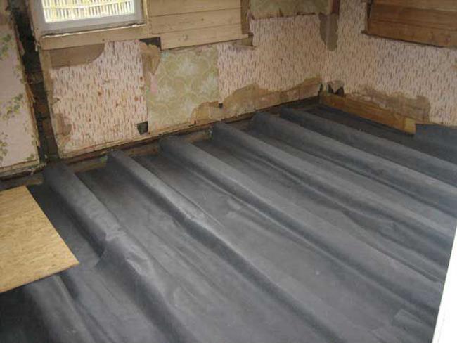 Если лаги деревянного пола укладываются непосредственно на бетонное перекрытие, то под них следует уложить гидроизоляционную полиэтиленовую пленку