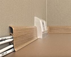 Широкий плинтус декорирует щели на стыке стен и пола