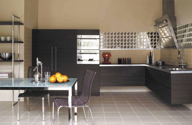 В комнатах с небольшой площадью лучше использовать однотонную плитку светлых тонов, что позволит визуально расширить пространство помещения