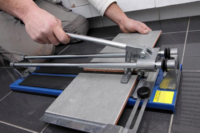 Если заниматься укладкой плитки профессионально и долговременно – следует выбирать более удобный, многофункциональный и долговечный инструмент