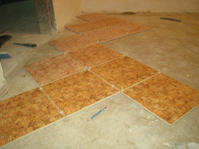 Укладку каждой плитки необходимо контролировать уровнем и не забывать о крестиках для равномерных стыков