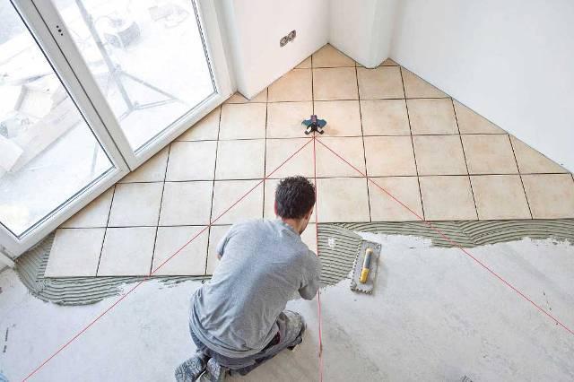 Для того чтобы во время работы с плиточным клеем не потерять нарисованные на полу линии их необходимо продублировать, натянув строительный шнур, или использовать более современные приборы