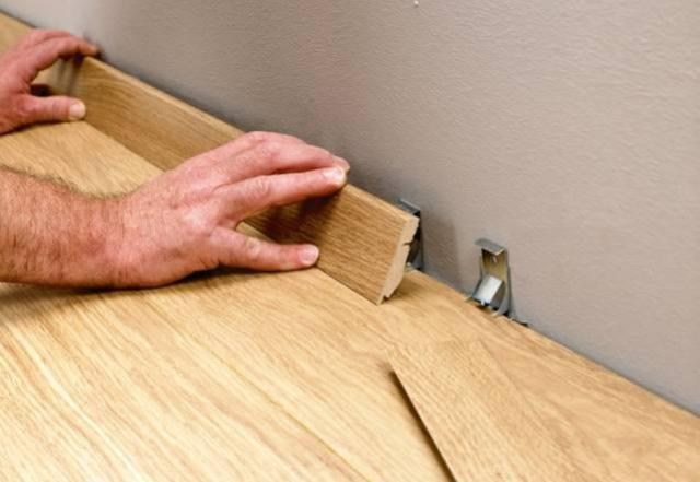 После укладки плинтуса по всему периметру помещения закладывать в него кабель не рекомендуется