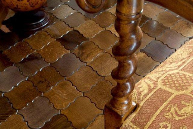 Современные производители выпускают напольную плитку не только разной геометрической формы, но и различных размеров, которые варьируются от мелких мозаичных плиток, размер которых исчисляется в миллиметрах, до крупноформатных тротуарных плит