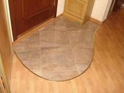 Комбинированный пол, используется плиточное покрытие непосредственно в зоне, примыкающей к входной двери