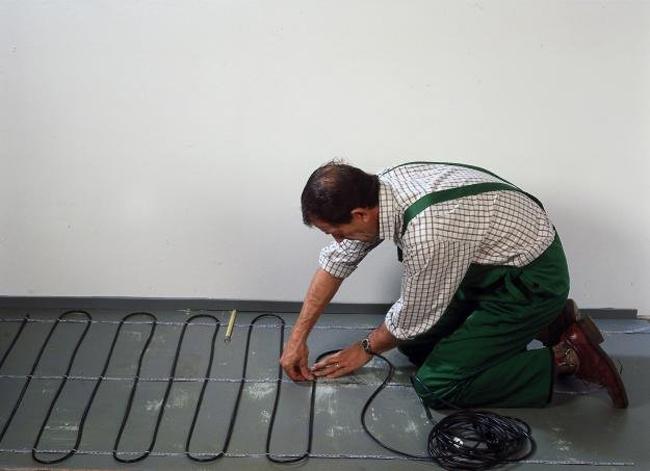 Монтаж электрического теплого пола может производиться как с закреплением его к армирующей сетке с помощью стяжек (не затягивая), так и с помощью специальных крепежных лент