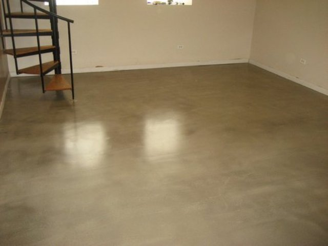 Поверх основания из бетона или грунта укладывают стяжку. Далее на нее монтируется напольное покрытие